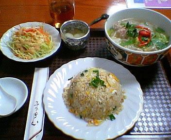 シーフード炒飯とタイ風汁そばクイティオ